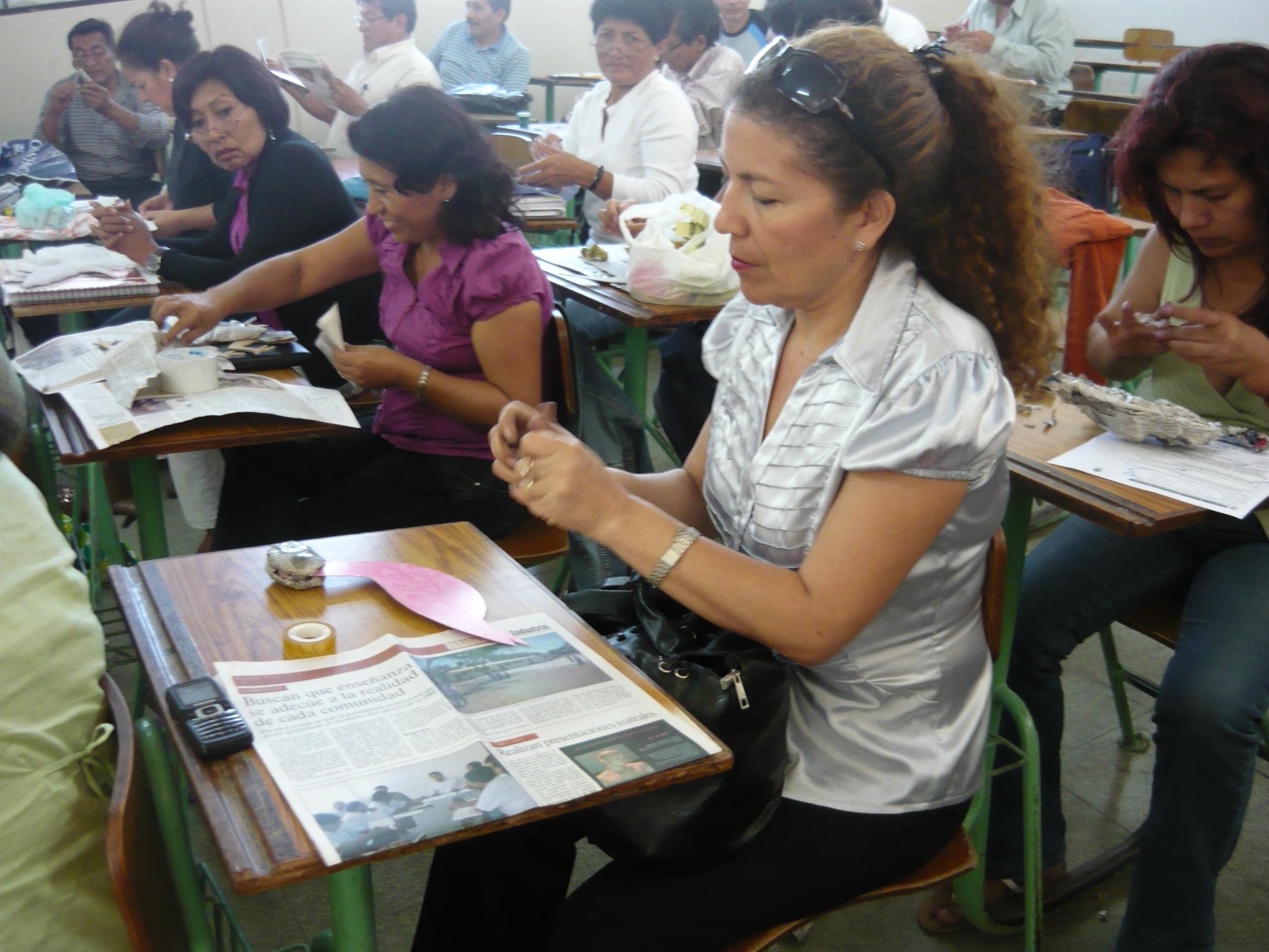 Docente Reli Córdova y un grupo de profesores lambayecanos del programa de capacitación PRONAFCAP, durante su capacitación con la técnica del papel mache.