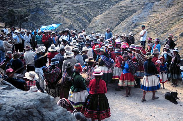 < quechua mink'a o minga «trabajo colectivo hecho en favor de la comunidad»