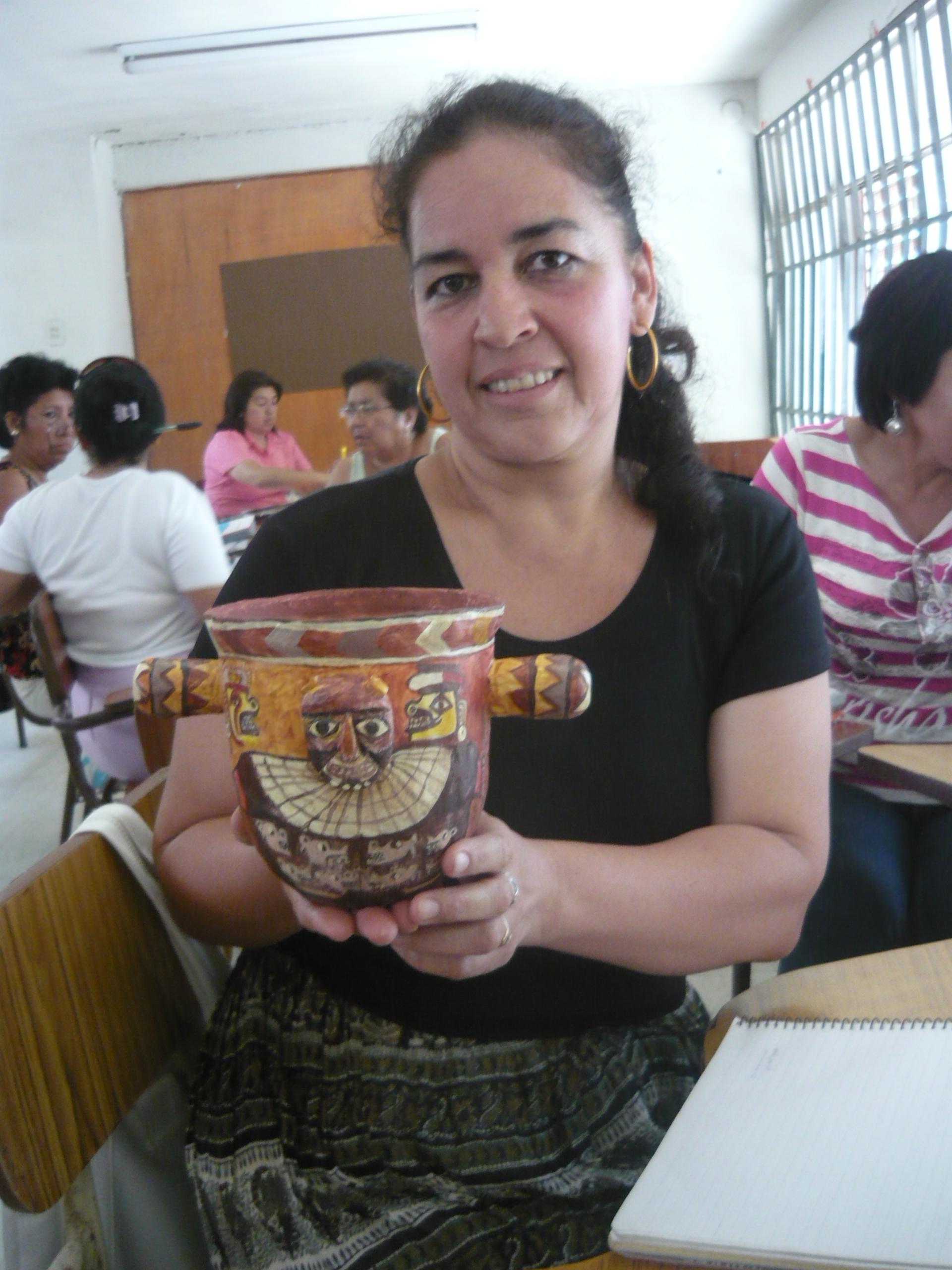 Docente Gladis Vega y réplica de ceramio Huari.