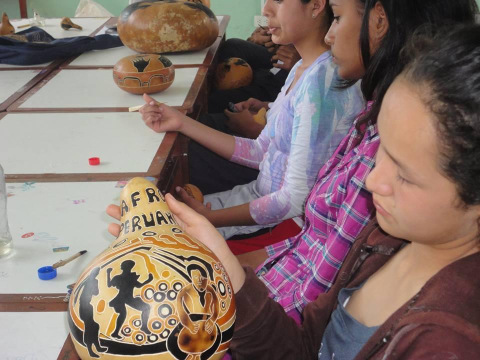 """Estudiantes de la I.E. """"Santo Toribio de Mogrovejo"""", ubicado en el distrito de Zaña, mostrando sus productos de sus mates ornamentados, asesorados por el profesor Luis Cabanillas."""