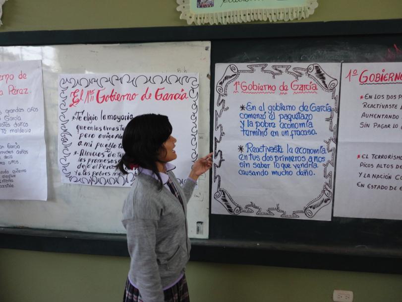 Estudiante recitando  sus cumananas  creadas sobre el tema Gobierno  de Alan García Pérez