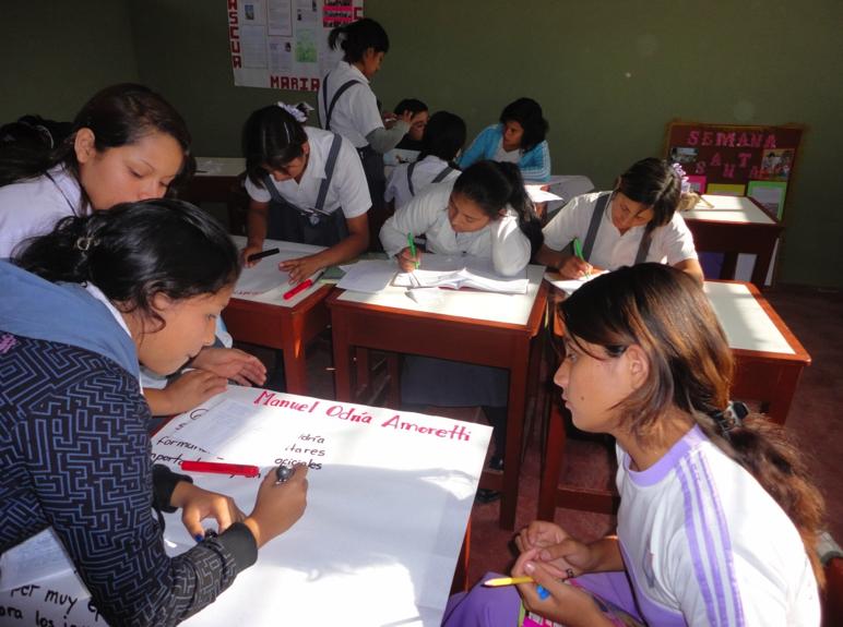 En estas imágenes  se aprecia el trabajo grupal que  realizan mis alumnas en el proceso de elaboración de  las coplas o cumananas sobre el gobierno de Manuel .A.Odria