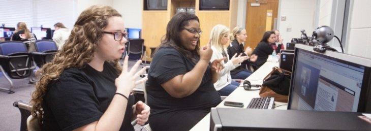 La utilización de las TIC es fundamental en el aula de apoyo, ya que el alumnado sordo adquiere habilidades de comunicación y de investigación que van a contribuir al manejo del lenguaje escrito