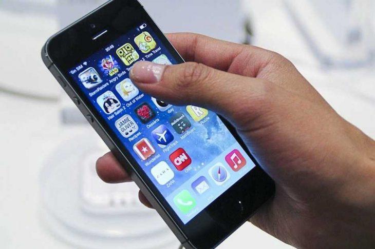 celular en mano