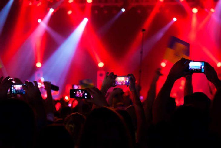 celular en concierto